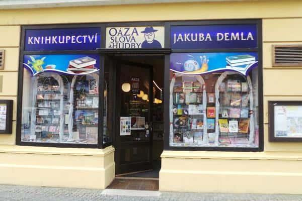 Knihkupectví Jakuba Demla se nachází v centru malebného města Třebíče v přízemí měšťanského domu postaveného v první polovině devatenáctého století.